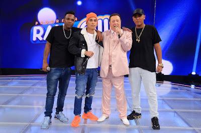 Raul com os jurados de Funkeirinhos MC Gah, MC Topre e MC Novinho da Praça (Foto: Rodrigo Belentani/SBT)