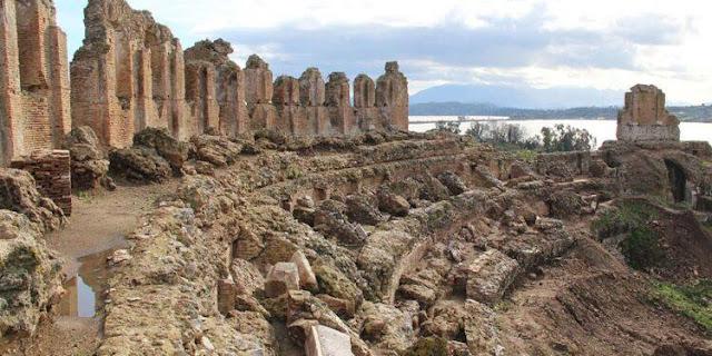 Κατά την τρέχουσα περίοδο υλοποιείται από την Υπηρεσία μας -στο πλαίσιο της Πολιτιστικής Διαδρομής στα αρχαία θέατρα της Ηπείρου- τo έργο «Προστασία, συντήρηση και αποκατάσταση μεγάλου Θεάτρου Νικόπολης (Β΄ Φάση)». Έχουν ολοκληρωθεί σχεδόν οι εργασίες ανασκαφής και αποκάλυψης του μνημείου και συνεχίζονται εργασίες αποκατάστασης και ανάδειξής του. Η ξενάγηση -υπακούοντας στα ισχύοντα πρωτόκολλα για την αποτροπή διασποράς της COVID-19- θα πραγματοποιηθεί σε τρεις ομάδες των 8-10 ατόμων. Με διάρκεια 30-40 λεπτά, η ξενάγηση κάθε ομάδας θα ξεκινήσει στις 10:00, 11:00 και 12:00. Κατά τη διάρκεια της παρουσίας σας στο μνημείο θα είναι υποχρεωτική η χρήση μάσκας.