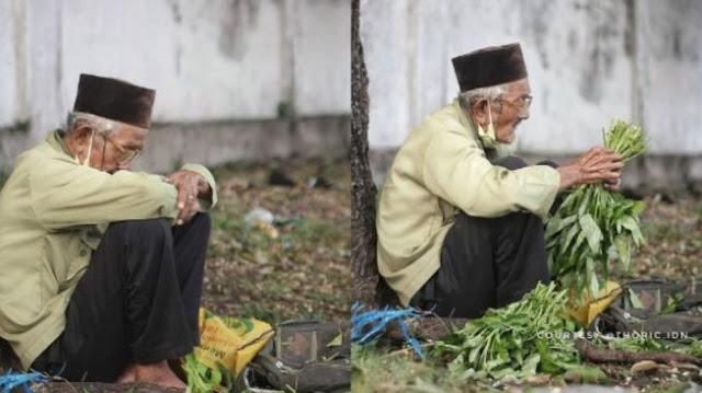 Mbah Dalimin, Kakek 78 Tahun Yang Tak Pantang Menyerah Bekerja Demi Menyambung Hidup. Ia Terlihat Jualan Kangkung