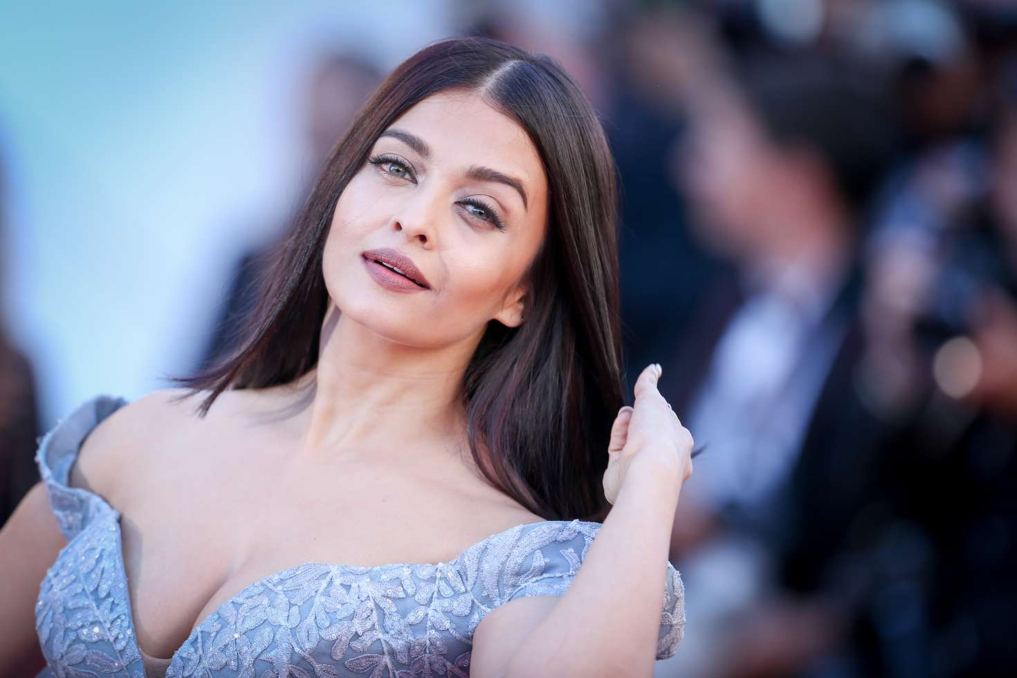 Aishwarya Rai Bachchan Looks Exquisite In These Latest Pics