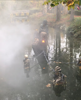 rivière brumeuse avec des squelette immergés
