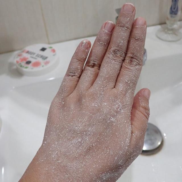 cara menggunakan body scrub