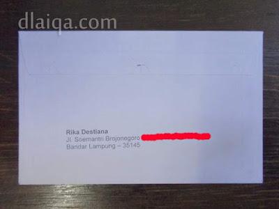 tulis nama dan alamat si pengirim (bagian belakang amplop)