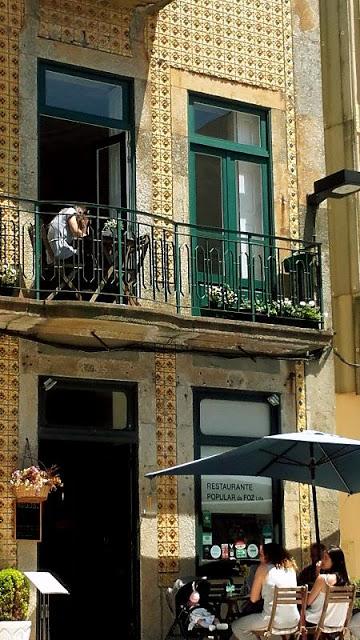 pessoas na esplanada de restaurante na Foz