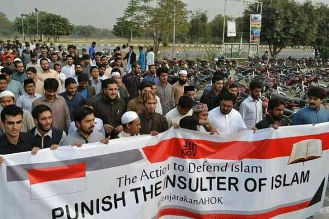 berita terbaru Muslim Pakistan berdemo menuntut proses hukum terhadap penistaan agama yang dilakukan Ahok.