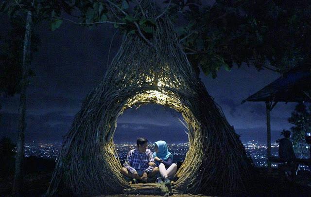 foto romantis di hutan pinus pengger jogja