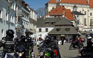 http://fotobabij.blogspot.com/2016/04/kazimierz-dolny-motocyklisci-na-rynku.html