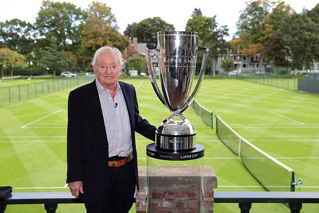 Rod Laver posa ao lado do troféu da Laver Cup
