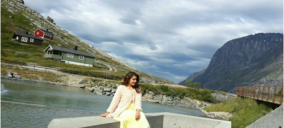 Rashi Khanna Sexy Cute Wallpapers