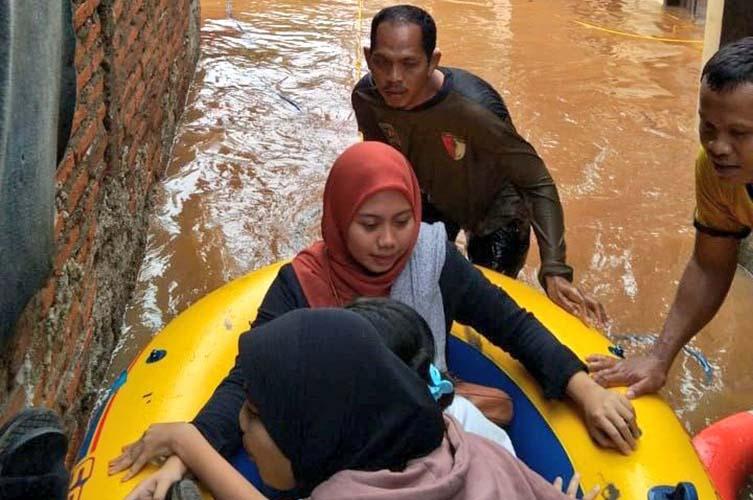 relawan pks evakuasi warga