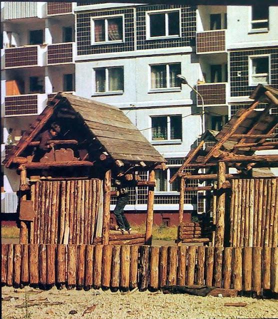 "1980-е годы. Рига. Золитуде. Детская площадка (фото из альбома ""Архитектура Риги"", изд-во ""Лиесма"", 1989 год)"