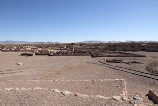 Древние каменная спираль и неопознанные новые геоглифы возникшие таинственным способом на территории народа Пуебло, древней Мезоамерики, рядом находятся руины города Пакиме, Касас-Грандес.  Касас-Грандес (Пакиме) — Википедия и 3D модель города по ссылке   В первой части видео, каменные сооружения в виде спирали, и разного типа ритуальные сооружения из небольших камней на территории США около границы с Мексикой.    В каньоне в США около спирального сооружения есть скальные камни в которых можно увидеть отверстия, очень гладкие и вероятно проделанные в камне множество веков назад.   Остальные находки, в виде спиральных геоглифов, спутниковые снимки за 2007 год показывают отсутствие этих геоглифов, но уже изображения 2013 года показывают возникшие близко к этой дате геоглифы.  Как возникли эти геоглифы и для чего? Довольно таинственное явление, место выбрано не случайно, здесь веками проживали люди, здесь сосредоточены особые энергетические места.  Конечно, их обходят своим пристальным вниманием официальные ученые из разных областей. Поэтому о них почти неизвестно.