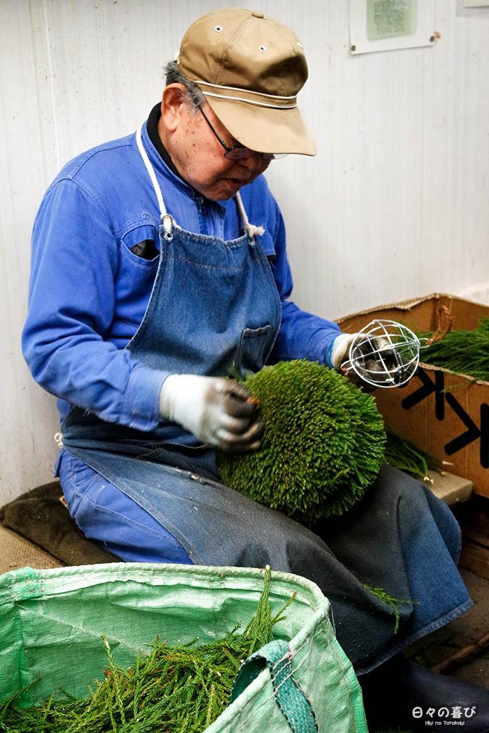 artisan fabriquant une sugidama