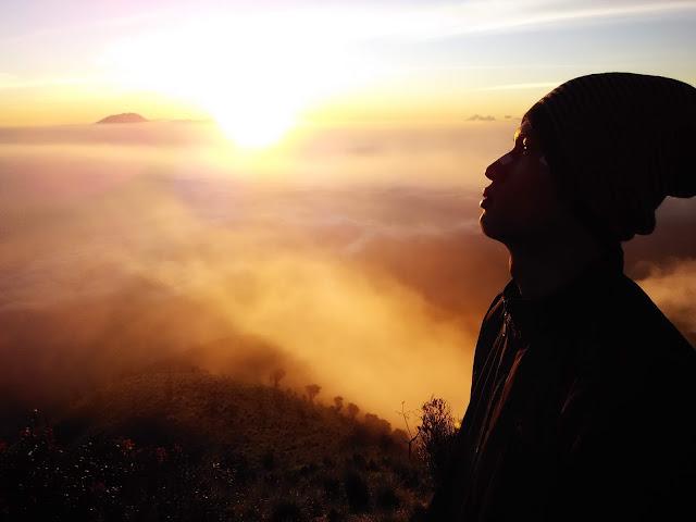 foto sunrise di puncak gunung merbabu