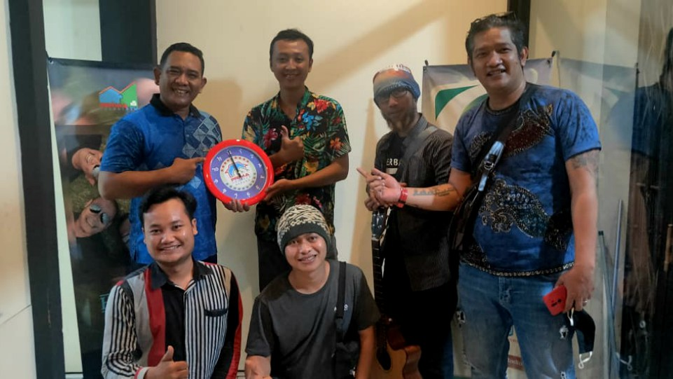 Jendral Rich (paling kanan) bersama para personal grup band Heniikun Bay saat roadshow ke stasiun radio. (Dok. Istimewa)