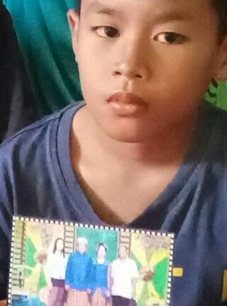 Anak korban menunjukkan foto korban.