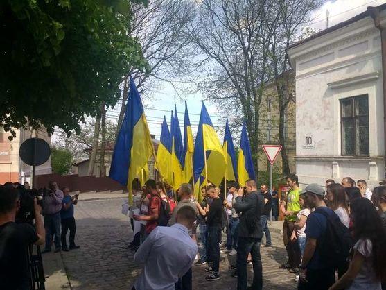 """У Чернівцях активісти пікетували консульство Румунії через спробу """"прихованого сепаратизму"""""""