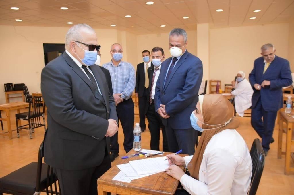 جولة تفقدية لرئيس جامعة القاهرة على امتحانات الدراسات العليا بمعهد الأورام بالشيخ زايد