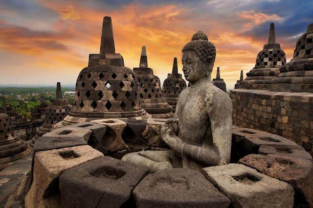 Trong khi Shwedagon tỏa sáng lấp lánh, ngôi chùa Borobodur lại có phần trầm bình hơn. Tọa lạc tại thung lũng Java ở Indonesia, Borobodur khoác lên mình lớp áo tối màu của đá với dáng vẻ an yên. Được xây dựng theo truyền thống Đại thừa vào khoảng năm 800 sau Công nguyên, đây là tượng đài Phật giáo lớn nhất thế giới.    Nổi tiếng với những chiếc chuông bằng đá và tượng Phật chạm khắc nhìn thẳng ra thung lũng, thật khó tin rằng kiến trúc đồ sộ này lại nằm ẩn mình trong nhiều thế kỷ dưới lớp tro núi lửa và rừng rậm. Giờ đây, Borobudur là một địa điểm hành hương phổ biến của các Phật tử, khách du lịch và là niềm tự hào của người Indonesia.