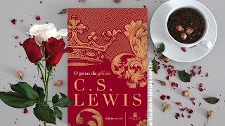 Livro o peso da gloria sobre uma mesa aonlado de uma xícara de café