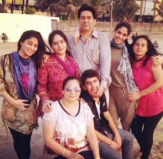 Foto Soumya Seth dengan keluarganya
