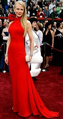 Foto de mujer con vestido rojo en la alfombra roja