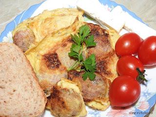 Omleta cu carnati reteta mancare de casa taraneasca pentru mic dejun retete cu oua si carne,