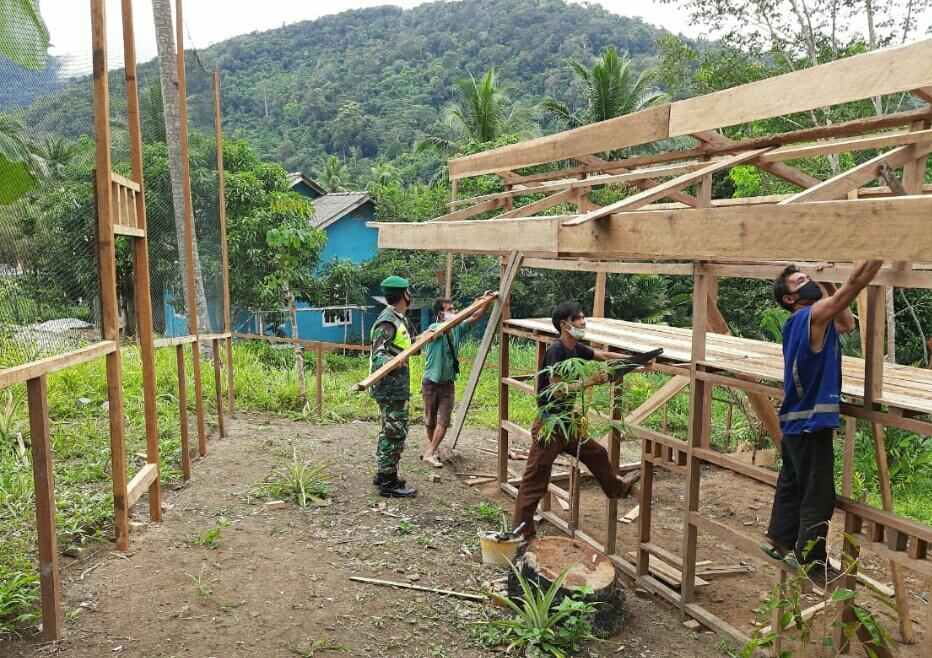 Lakukan Komsos, Babinsa Desa Seleman Membantu Kelompok Ternak Ayam Dalam Membuat Kandang