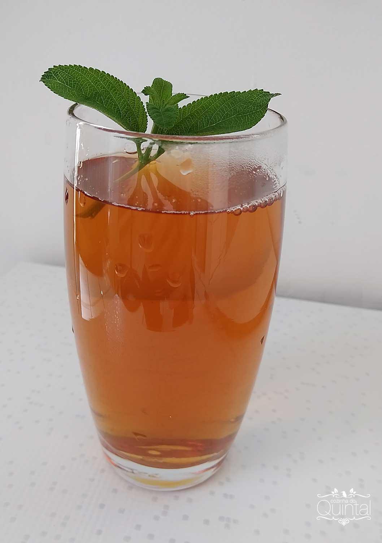Suco de casca de abacaxi com chá preto
