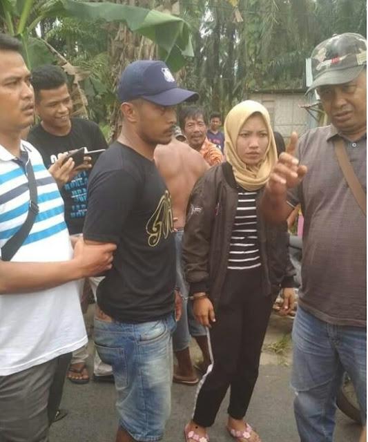 Pasangan suami istri yang mencuri ksmbing saat diamankan.