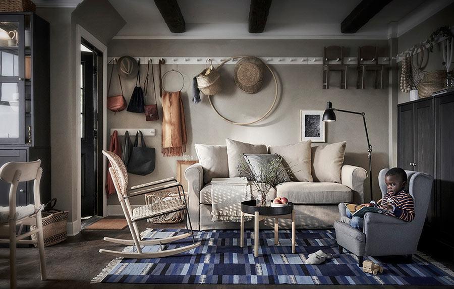 novedad catálogo ikea 2020 salón estilo rústico alfombra azul
