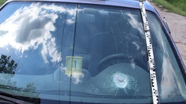 Családi balhé: vascsővel és fanyéllel ütötték testvérük autóját