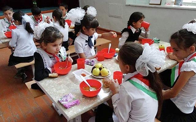 В Таджикистане школьникам нужны помещения получше, питание горячее, полноценное, а наши ученики пусть перебиваются как есть
