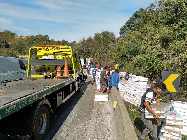 New Orange: Índios saqueiam carga de frango de caminhão tombado na BR 277