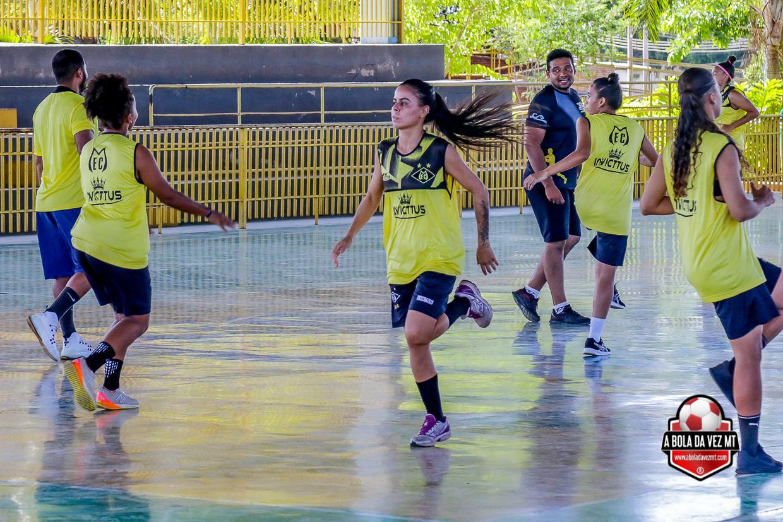 Meninas treinando futebol