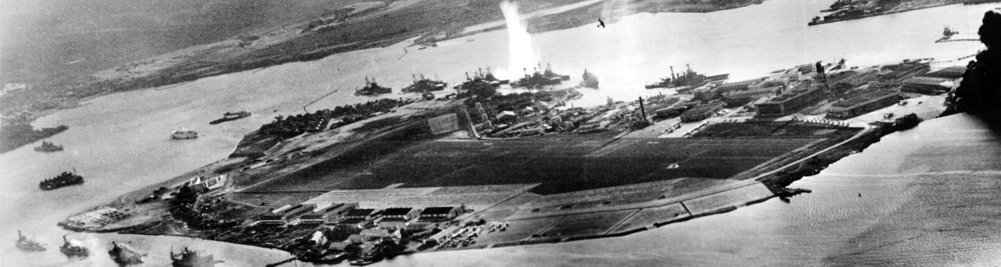 Fotografía de Pearl Harbor tomada desde un avión japonés al comienzo del ataque. Se ve la explosión de un torpedo en el West Virginia.