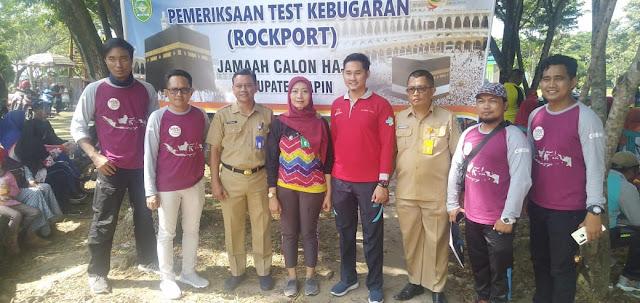 """RANTAU,- majalahglobal.com : Calon Jamaah Haji (CJH) Kabupaten Tapin Kalimantan Selatan yang bakal berangkat tahun 2020 ini menjalani test kebugaran (Rockport) di kawasan Rantau Baru, Senin (16/3/2020).  Ada 160 CJH Tapin yang berangkat tahun ini dan yang hadir dalam test kebugaran ini diminta nanti untuk  berjalan sepanjang 1,6 Km dan ini pun bagi mereka yang tak miliki riwayat tekanan darah tinggi. Pasalnya, dalam test kebugaran yang dilaksanakan ini juga ada kegiatan pemeriksaan tekanan darah, skreening adakah memiliki riwayat penyakit menular. Disamping melakukan pemeriksaan pihaknya juga memberikan penyuluhan atau sosialisasi terutama terkait dampak penyebaran virus Corona-19.  dr.Galuh Kasi Kesehatan Lingkungan (Kesling) Dinas Kesehatan Tapin mengatakan, """"Tes kebugaran yang dilaksanakan ini kita skreening mulai dari CJH berusia diatas 60 dan tekanan darah diatas 140/ 90, itu dibagi dua tes yang dilakukan untuk mereka selama 6 menit. Kemudian bagi mereka yang tak memiliki riwayat penyakit gangguan apa-apa itu, diminta untuk jalan sepanjang 1,6 Km,""""katanya.  """"Dari jumlah CJH Tapin tadi secara presentasi ada 20 persen yang terdata memiliki riwayat tekanan darah diatas 140/90 dan berusia 60 tahun keatas. Mereka tes kebugarannya dibagi dua tes, jadi saran kami bagi mereka yang terbiasa mengkonsumsi obat-obatan darah tinggi untuk selalu membawa obat-obatan nya, dan setiap bangun pagi subuh hari berjalan selama 30 menit, minum air putih mineral 15 gelas sehari, perbanyak makan buah-buahan dan yang penting tubuh tetap fit. Selain itu, pada saat nanti mereka di Mekkah itu untuk membatasi kontak fisik tubuh, seringkali membasuh tangan,""""katanya.  """"Terkait Corona Covid-19 ini sudah 120 negara yang positif dan sudah melockdown keberadaan virus Corona Covid-19 ini. Jadi mereka CJH disana harus tetap Fit badannya, karena virus Corona Covid ini merupakan jenis penyakit self limited disease atau penyakit yang dapat sembuh dengan sendirinya,""""katanya.  Dalam tes kebugaran tadi j"""
