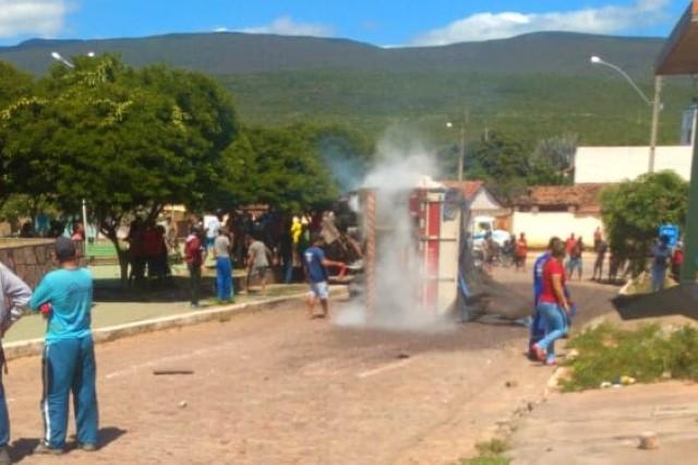 Carreta perde o controle e vira em praça de Ituaçu na Chapada Diamantina