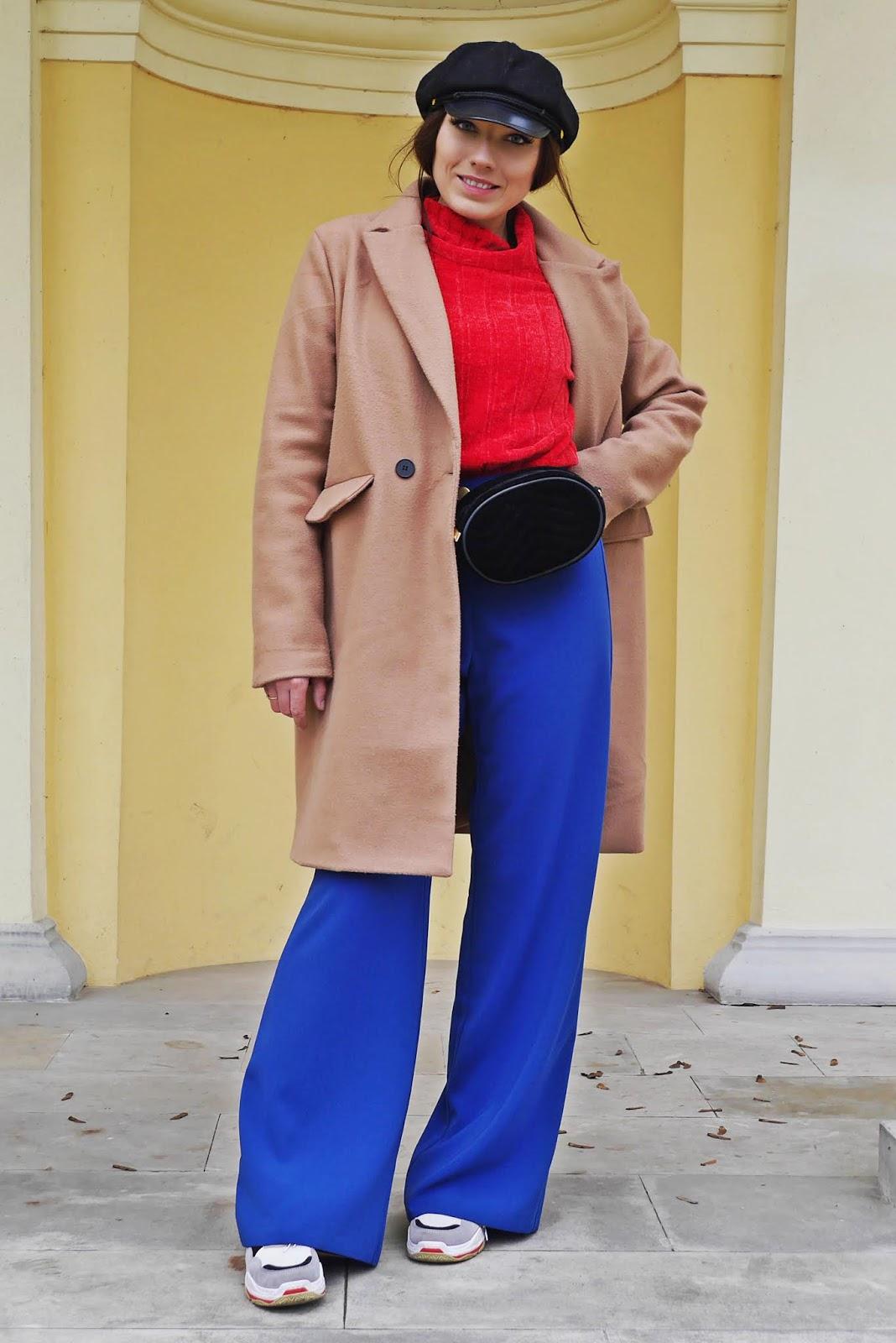 kobaltowe szerokie spodnie czerwony golf beżowy płaszcz karyn blog modowy