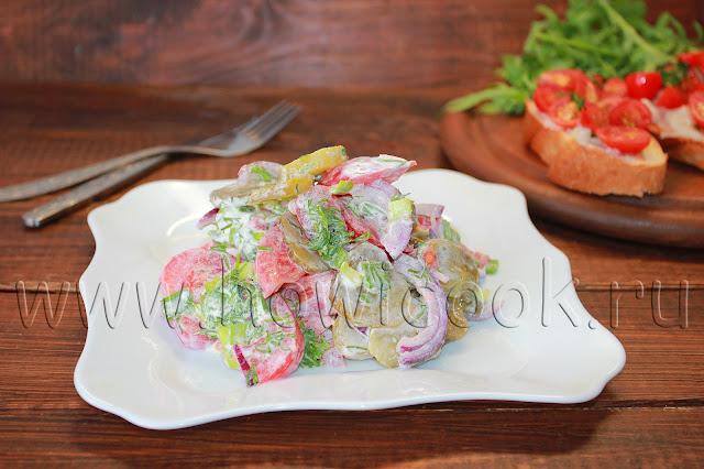 рецепт салата с солеными огурцами и помидорами