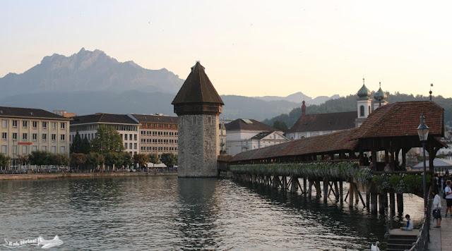 A ponte da Capela sobre o Rio Reuss e o Monte Pilatus ao fundo, em Lucerna
