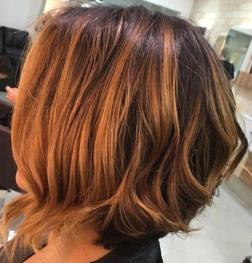 ¿Por qué limitarse a un tono, si tienes dos matices interesantes con pelo corto balayage? La transición es muy suave, pero los colores son bastante