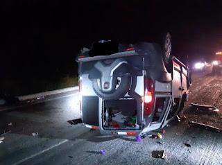 Veículo capota na BR-230 e 13 pessoas ficam feridas; duas graves