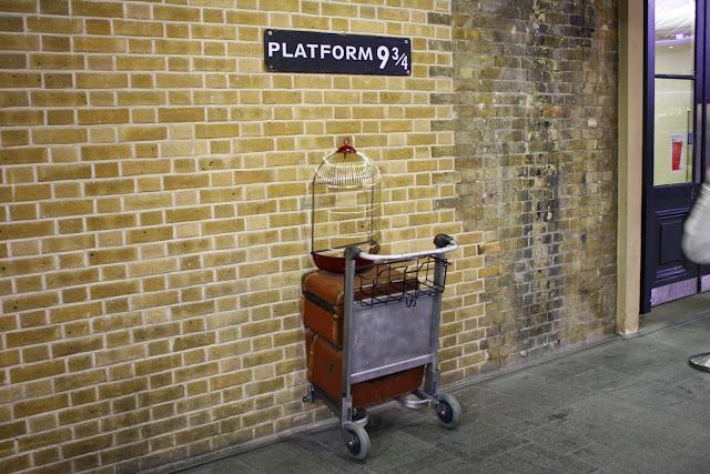 http://1.bp.blogspot.com/-_Jn1bfnWJU0/U6UvyKg7UcI/AAAAAAAAJdw/pRPRPHbGKgk/s1600/Harry-Potter-Platform-9-3-4-kings-cross.jpg