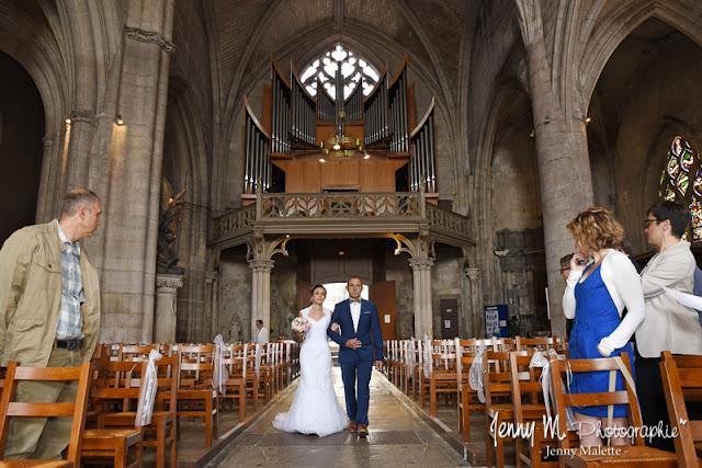 entrée de la mariée et son papa dans l'église photo