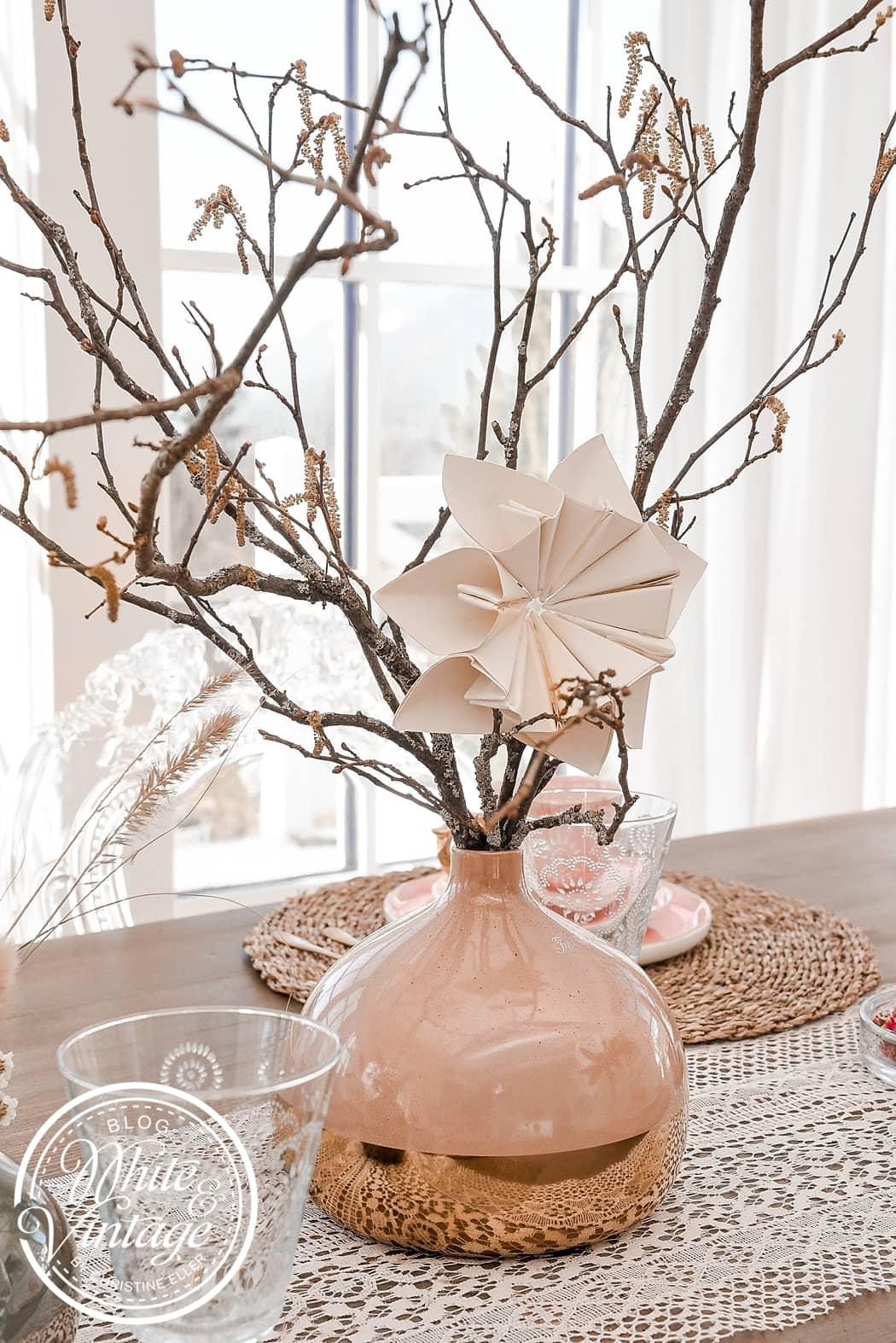 Frühlingsdeko mit Papierblumen.