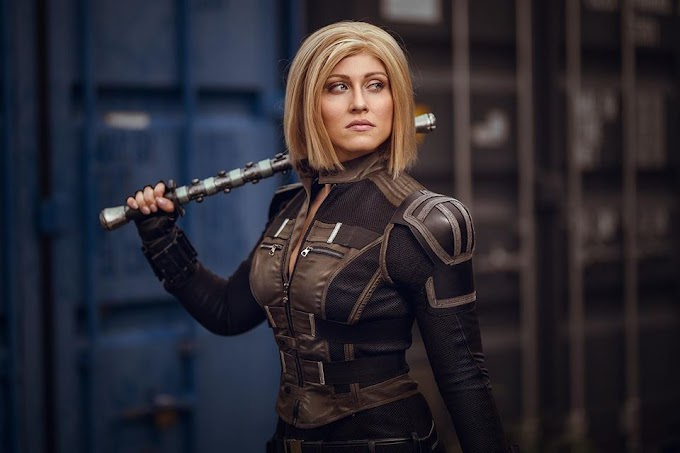 Colibrí con su cosplay de Black Widow