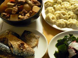 豚軟骨付バラ煮物 サバ塩焼き タコとワカメ 小籠包