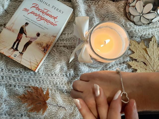 Świece zapachowe ze srebrną biżuterią