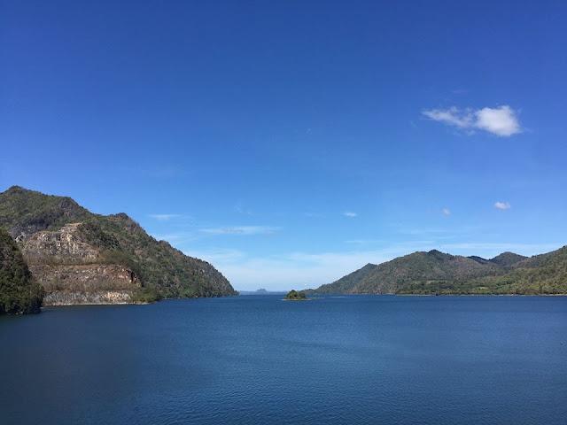 ชมวิวทิวทัศน์ได้ที่บริเวณริมสันเขื่อน เมื่อมองลงไปด้านล่างจะเห็นทะเลสาบกว้างสุดลูกหูลูกตา เป็นวิวทิวทัศน์ที่สวยงาม